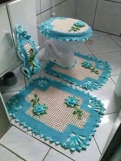 Crocheted Bathroom Set Ideas for Crochet Lovers: Crochet art is evergreen and it can never become out of fashion. Crochet Diy, Crochet Home Decor, Crochet Crafts, Crochet Doilies, Crochet Projects, Bathroom Crafts, Bathroom Sets, Hall Bathroom, Bad Set