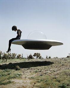 """Kinga Rajzak & her UFO"" Tim Walker Photography Tim Walker Photography, Art Photography, Fashion Photography, Artistic Photography, Amazing Photography, Conceptual Photography, Vintage Photography, Ufo, Film Noir Fotografie"
