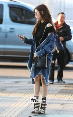 SNSD goes to Vietnam! Snsd Tiffany, Tiffany Hwang, Airport Style, Airport Fashion, Girls Generation, Yuri, Asian Girl, Vietnam, Style Inspiration