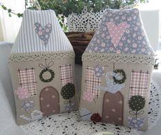 Süsses Häuschen im angesagten Landhausstil!  Sehen sie nicht gemütlich aus? Zwei zauberhafte Frühlingshäuschen zum Aufhängen oder Befüllen. Du kannst sie an einen dicken Ast, Kranz oder einfach...