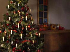 Klassisk og vakker juletrebelysning fra Konstsmide med delt ledning. Juletrebelysningen har 16 hvite stavlamper på grønn klype og kabel, og de varmhvite pærene på slyngen er utskiftbare. Tabletop Christmas Tree, Christmas Candles, Christmas Lights, Christmas Trees, Lampe Led, Led Lamp, Traditional Christmas Tree, Red Ornaments, How To Get Warm