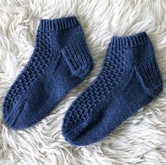 Ravelry: Kesäyöt / Sommernachtsocken pattern by Niina Laitinen Yarn Over, Knitting Stitches, Ravelry, Knit Crochet, Slippers, Socks, Pattern, Knits, Fashion