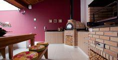 Para compor o espaço gourmet, a arquiteta e urbanista Orlane Santos criou uma churrasqueira e um rústico forno de pizza. O tijolinho que reveste os equipamentos dá um clima campestre ao espaço.