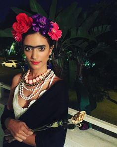 Frida Kahlo – Simple Halloween Costumes Using Items You Own Already – Photos - Halloween Ideas 2018 Diy Halloween Costumes For Women, Easy Halloween, Diy Costumes, Halloween Party, Costume Ideas, Costume Frida Kahlo, Mexican Costume, Halloween School Treats, Halloween Karneval