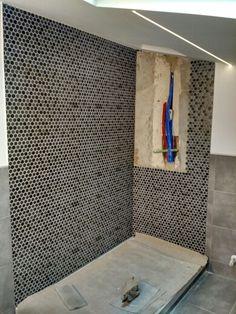#doccia con #rivestimento in #mosaico #esagonale grigio multitono; #strisciaLED con profilo ad incasso e ad intensità regolabile tramite #dimmer