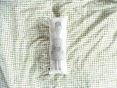 p o l š t á ř e k Nový polštářek ....panenka s drdolem Velikost : 38 x 13 cm Kvalitní tisk na látku, podle mé kresby. Bavlněný potah není snímatelný. Výplň : Duté vlákno, kteréje protialergenní, vhodné i pro dětské výrobky. Výrobky plněné tímtovláknem můžete prát max. do 40°C.