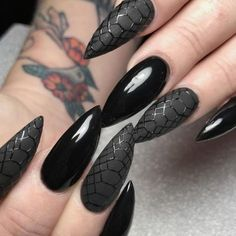 Incredible Black Nail Art Designs for Girls - Page 11 of 62 - LoveIn Home - The most beautiful nail designs Black Manicure, Black Acrylic Nails, Black Nail Art, Matte Nails, Dark Nails, Gel Manicure, Goth Nails, Prom Nails, Solid Color Nails