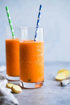 Orange Ginger Carrot Smoothie - Only 3 ingredients, 100 calories and SO refreshing! A paleo, vegan and quick breakfast or snack to get you through the day! Carrot Smoothie, Ginger Smoothie, Orange Smoothie, Smoothie Recipes For Kids, Protein Smoothie Recipes, Shake Recipes, Drink Recipes, Low Calorie Meals, Paleo Meals