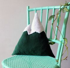 Bring the great outdoor, indoor One decorative mountain shaped pillow made with light blue or dark green fleece and white Faux Sheepskin for the top.  Approximate size: 18.5 lenght x 16.9 height.  The cover is not removeable.  Filled with polyester filling  This item is made to order. Please allow up to 7 working days for your item to be made.   ★---------------★--------------------★------------------★-------------------★----------------★  Apportez les grands espaces à linterieur  Coussin…