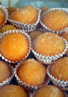 Yemas de Santa Teresa, also known as Yemas de Ávila, are pastries / sweets from the Ávila region of Spain made with egg yolks, lemon, and sugar. --------- Las Yemas de Santa Teresa o Yemas de Ávila son un dulce tradicional hecho a partir de yemas de huevo, azúcar y limón. Unas bolitas anaranjadas cubiertas con azúcar glas, con una fina capa crujiente, provocada por el endurecimiento del azúcar, y muy suaves en el interior.