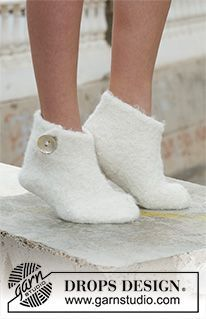 Free knitting patterns and crochet patterns by DROPS Design Cotton Crochet Patterns, Crochet Cowl Free Pattern, Crochet Shoes Pattern, Shoe Pattern, Knitting Patterns Free, Free Knitting, Drops Design, Magazine Drops, Crochet Baby Sandals