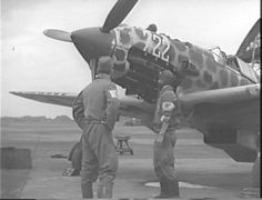 Dandole mantenimiento a los aviones antes de ir a la Batalla