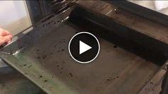 Smutsig plåt? Så här får du bort den ingrodda smutsen på ugnsplåten med ett superenkelt knep!