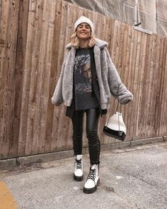 Doc Martens have been in style for almost 60 years, discover what made them so popular. We also discuss how to wear them in style! Casual Winter Outfits, Winter Fashion Outfits, Trendy Outfits, Fall Outfits, Dr. Martens, Fashion Killa, Fashion Models, Girl Fashion, White Dr Martens