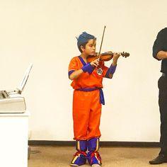 Goku tocando violino  teve no Recital