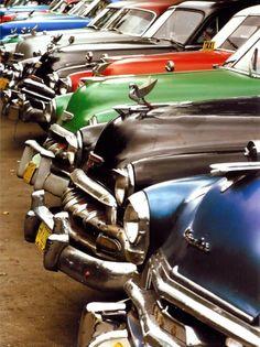 row of antique cars                                                                                                                                                                                 Mais