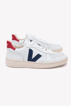 Sustainable Fashion Brands To Know Veja Sneakers, Casual Sneakers, White Sneakers, Sneakers Fashion, Fall Fashion Trends, Fashion Brands, Veja V 10, Minimalist Shoes, Minimalist Wardrobe