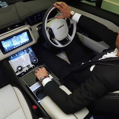 If I could just have the console/dash and the retractable sunroof of the velar and put it in the evoque body I would have my dream car!