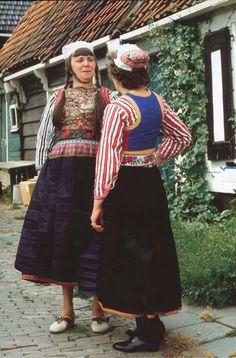 Twee vrouwen van Marken in dracht. De een nog met vlechten en de andere al met kort haar./ Berthi's Weblog