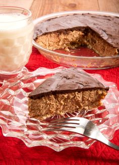 Protein Packed Chocolate Peanut Butter Pie by Janice Amee's Gluten Free protein/slice!) // good looking crust recipe Healthy Sweet Treats, Healthy Desserts, Delicious Desserts, Dessert Recipes, Yummy Food, Vegan Treats, Vegan Food, Protein Pack, Protein Foods