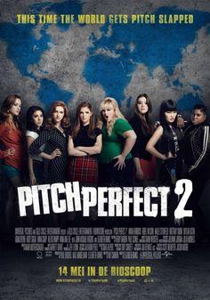 """De Barden Bellas zijn terug! Elizabeth Banks regisseert Pitch Perfect 2, waarin alle favoriete personages uit Pitch Perfect – met de wereldwijde hit en YouTube-sensatie """"Cups (When I'm Gone)"""" gezongen door Anna Kendrick - terugkeren."""