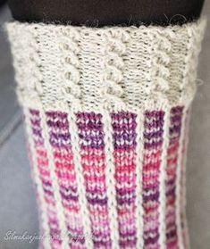 """Tällä kertaa sukkalangan väri valikoitui paletin violetilta puolelta. Jossain päin Internettiä olin törmännyt hauskaan """"kerrosrivinousu""""-mal... Love Knitting Patterns, Knitting Charts, Knitting Designs, Knitting Socks, Crochet Chart, Knit Crochet, Wool Socks, Yarn Crafts, Cross Stitching"""