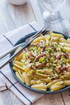Pasta with leeks, bacon and cream Summer Recipes, New Recipes, Cooking Recipes, Favorite Recipes, Healthy Recipes, Batch Cooking, Dough Recipe, I Foods, Pasta Salad