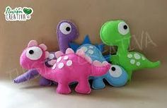 Resultado de imagen para dinosaurio fieltro Felt Gifts, Ideas Para Fiestas, Plushies, Dinosaur Stuffed Animal, Crafty, Dolls, Pillows, Creative, Cute