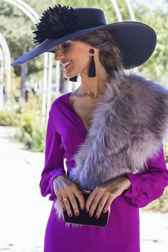 invitada boda otoño pamela estola Derby Outfits, Outfits With Hats, Wedding Hats For Guests, Kentucky Derby Outfit, Fancy Hats, Elegant Outfit, Hats For Women, Mother Of The Bride, Fascinator