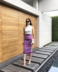 pencil skirt and tshirt outfit Pencil Skirt Casual, Long Pencil Skirt, Pencil Skirt Outfits, High Waisted Pencil Skirt, Pencil Skirts, Pencil Dresses, Traditional Skirts, Traditional Outfits, Modern Filipiniana Dress