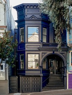 Before & After: Moody Blues for an Elegant Victorian in San Francisco - Gardenista - A dark blue facade, accented by glossy black trim, lends the house an elegant air. Benjamin Moore P - Style At Home, Exterior Paint, Exterior Design, Exterior Colors, Amazing Architecture, Architecture Design, Edwardian Architecture, Classical Architecture, Keitel Haus