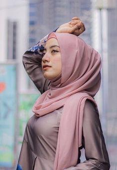 Pin Image by Chantik Genit Beautiful Muslim Women, Beautiful Hijab, Young And Beautiful, Casual Hijab Outfit, Hijab Chic, Hijab Fashion, Korean Fashion, Moslem, Muslim Beauty