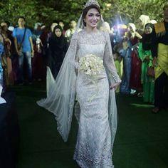15099401_897130527055630_6800236812271878144_n Malay Wedding Dress, Kebaya Wedding, Muslim Wedding Dresses, Wedding Attire, Bridal Dresses, Kebaya Moden, Dress Muslimah, Javanese Wedding, Wedding Photos