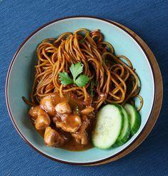Iedereen kent de Surinaamse bami wel. De Surinaamse keuken heeft zoveel heerlijke gerechten, zoals nasi, saoto soep en bami. Bami is wel echt mijn favoriet en veel makkelijker dan je zou verwachten. Je hebt er niet veel voor nodig en het is altijd een succes.