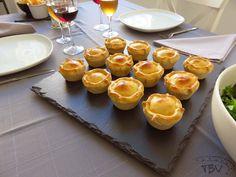 Empadas de Frango e Chouriço | a travessa das bolinhas vermelhas Chocolate, Muffins, Appetizers, Pudding, Tasty, Bread, Cheese, Food And Drink, Dinner