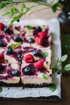 Vegan Queen Cheesecake Squares (V) – Emilia Laura Vegaaniset kuningatar-juustokakkuneliöt (V) Vegan Queen Cheesecake Squares (V) – To the last crumb Cheesecake Squares, Vegan Cheesecake, Vegan Cake, Vegan Recipes, Cooking Recipes, Raw Cake, Sweet Bakery, Sweet Pastries, Le Chef
