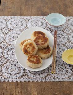 マッシュポテトを包み、バターでこんがり焼いたら、おしゃれなガレット風餃子に。/いろいろ餃子三昧!(「はんど&はあと」2012年9月号)