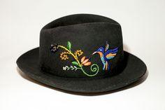 Sombrero mod. Fedora con bordado inspirado en la libertad del colibrí  #ArteTextilPeruano #SomosLibres #BordadoAyacuchano