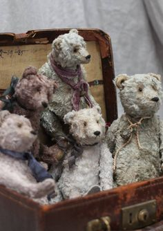 Suitcase full of teddy bears💖 Old Teddy Bears, Antique Teddy Bears, My Teddy Bear, Boyds Bears, Antique Toys, Vintage Toys, Cute Bear, Reborn, Bear Doll