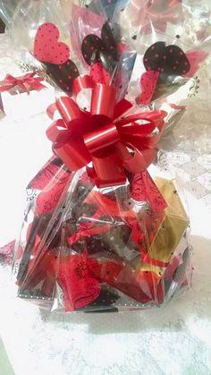 Cesta para o dia dos namorados: Caixa com brigadeiros, caixa com trufas e 2 cupcakes.