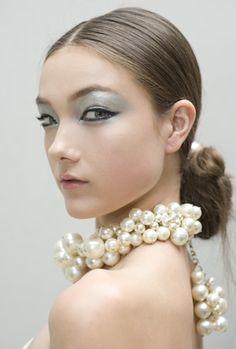Maquillaje y accesorios Chanel.