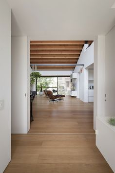 House with a Large Hipped Roof is a spacious one story family house envisioned by Naoi Architecture & Design Office, situated in Ibaraki Prefecture, Japan. Ibaraki, Bungalow, Hip Roof Design, House Design, Hot Tub Pergola, Diy Pergola, Curved Pergola, Pergola Kits, Pergola Ideas