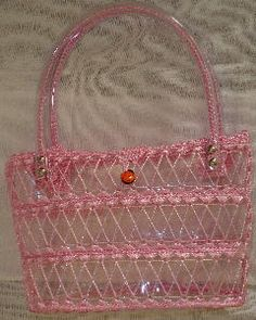 bolsos con botellas lindos modelos, not sure about the pink Reuse Plastic Bottles, Plastic Bottle Crafts, Recycled Bottles, Recycled Crafts, Bag Crochet, Crochet Purses, Diy Pet, Bottle Jewelry, Bottle Bag