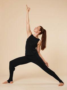 """Mit unseren Overalls bist Du schnell perfekt gestylt - und das mit nur einem Teil. Die gemütliche Outfitvariante schmiegt sich wohlig weich an den Körper und auch bei Umkehrhaltungen kann nichts verrutschen! Unser Overall """"Mahavydia"""" eignet sich perfekt für Yoga und Pilates und kann außerdem als cooler Streetstyle getragen werden. #yoga #consciouslifestyle #fairfashion #ecofriendlyfashion #ethicallymade #dailyyoga #yogafashion #yogaoutfit #vegan #yogainspiration #madeingermany Yoga Outfits, Yoga Inspiration, Yoga Mode, Pose, Pilates, Sporty, Overalls, Vegan, Fashion"""
