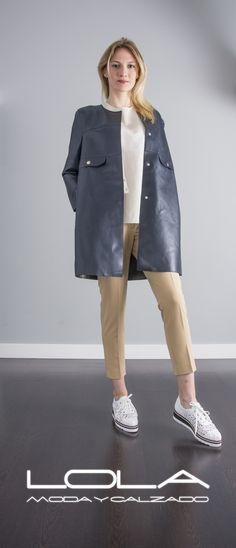 Tienes clase, tienes TWIN SET.  Pincha este enlace para comprar tu abrigo en nuestra tienda on line:  http://lolamodaycalzado.es/primavera-verano/558-abrigo-de-verano-en-piel-azul-marino-twin-set.html