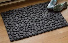 Comment faire un bricolage River R - Diy Decora la Maison Stone Rug, Stone Flooring, Ceramic Flooring, Cool Doormats, Outdoor Doormats, River Stones, River Rocks, Beach Stones, Modern Rugs