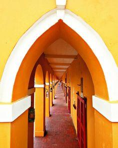 Cartagena , Columbia Estas son las Bóvedas de Cartagena, ubicadas en San Diego. Actualmente en ellas residen artesanos y comerciantes; pero en la antigüedad la fortificación era utilizada como refugio de militares.