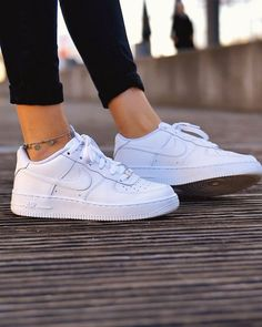 Nike Air Force 1 Shoes - White - Style Nike Air Force 1 Shoes - White - Style Stylish 2019 Nike Air Force 1 sneakers in all white colour. Worn by girl with black leggings and fashion jewellery anklet bracelet. Nike Air Force 1 Outfit, Nike Shoes Air Force, Nike Air Force Ones, Nike Air Force Black, All White Nike Shoes, White Nikes, Nike Air White, White Tennis Shoes, White Sneakers Nike