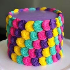 Bolo lindooo produção da @gordicesdamah que super arrasa!! . #decorefesta #blogdecorefesta #decorefestacakes #cakes #ideias…