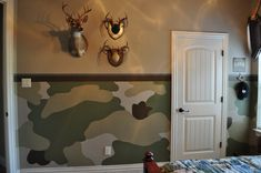 Painting and Design by Celeste: The camo room. Site shows tons of camo ideas! Boys Hunting Room, Hunting Bedroom, Army Bedroom, Master Bedroom, Oak Bedroom, Hunting Camo, Bedroom Wall, Camo Living Rooms, Camo Rooms